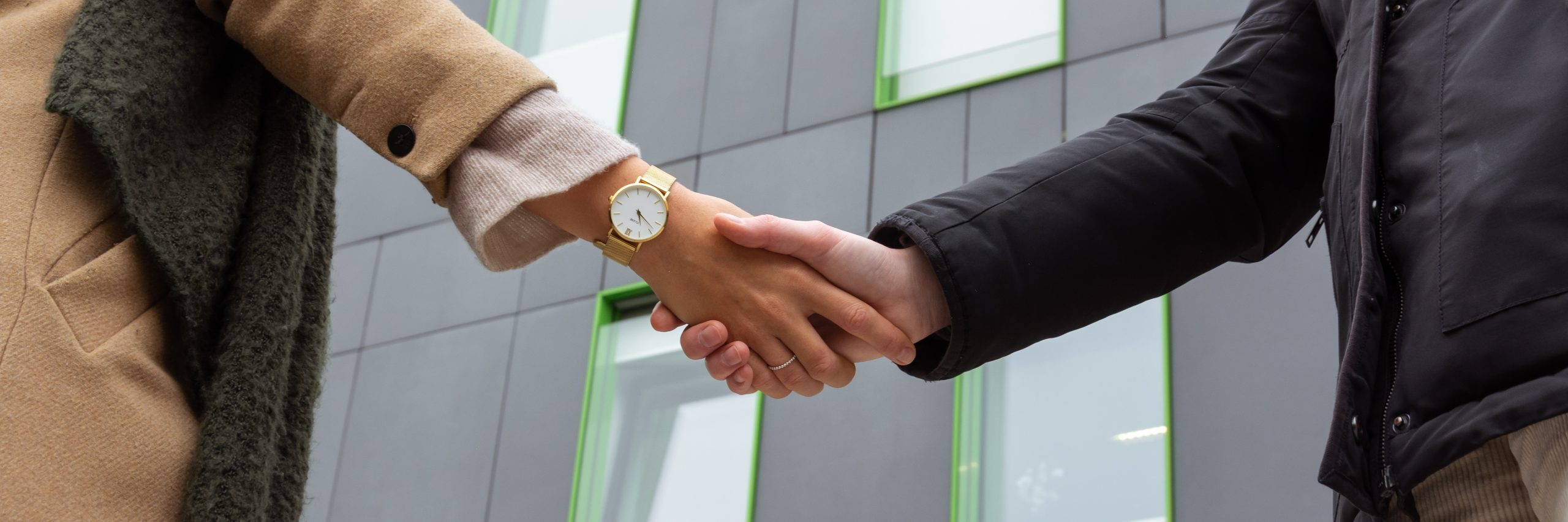 Hände schütteln; Hände; Hochhaus; Bürogebäude; Corporate Social Responsibility